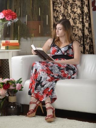 Una mujer sentada en el sillon leyendo la Biblia