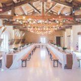Es un salon de eventos y estn las mesas adornadas para los invitados